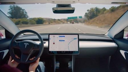 Tesla снова начала предлагать спорную опцию «полностью самоуправляемого движения» (Full Self-Driving)