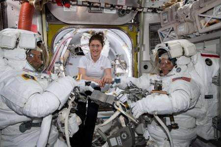 NASA отменило первый в истории выход в открытый космос с участием только женщин, одной из астронавток не нашлось подходящего скафандра