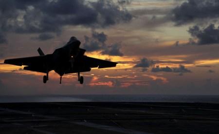 Американские военные автоматизируют процесс посадки истребителей на корабли