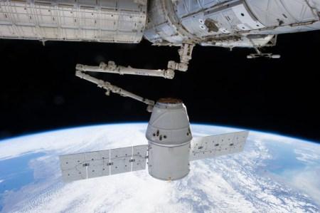 Космический грузовик Dragon-17 успешно пристыковался к МКС