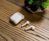 Тайванец заснул с наушниками Apple AirPods в ушах, а проснулся с одним из них в желудке. Он вышел естественным путем и продолжил работать - ITC.ua