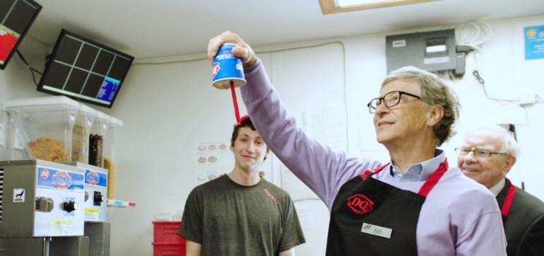 Билл Гейтс и Уоррен Баффетт обслужили посетителей одной из закусочных Dairy Queen