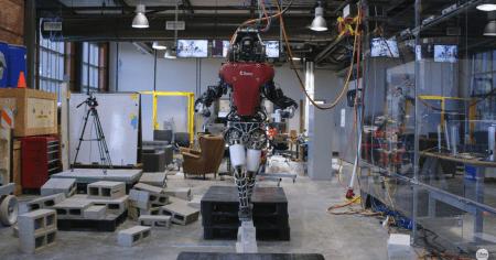 Американские инженеры научили гуманоидного робота Atlas ходить по узким доскам и «развалинам»