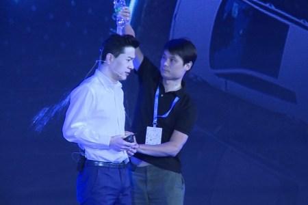 Генерального директора Baidu Робина Ли облили водой во время его выступления