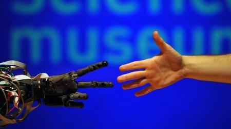 Большинство людей предпочли бы, чтобы их заменили роботами, а не другими людьми