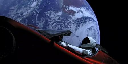 Запущенный в космос автомобиль Tesla Roadster Илона Маска с манекеном Starman совершил первый оборот вокруг Солнца