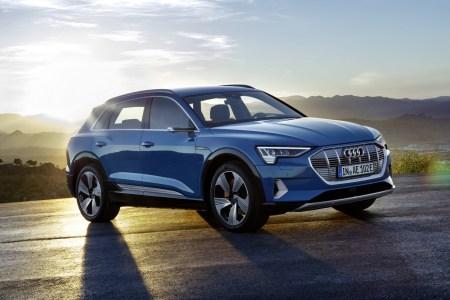 Анонсирована более дешевая версия электрокроссовера Audi e-tron 50 для европейского рынка с батареей на 71 кВтч, запасом хода 300 км и ценником $55 тыс.
