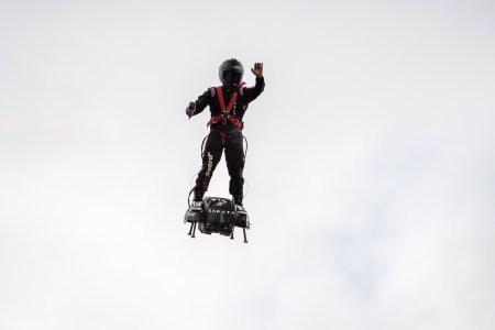 Фрэнки Запата перелетел Ла-Манш на реактивном ховерборде