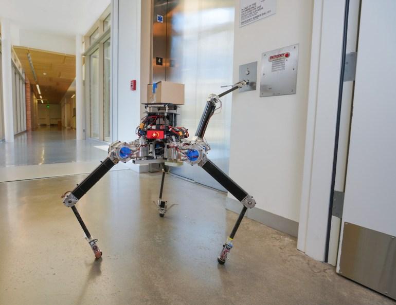 Четвероногий робот ALPHRED2 способен стоять на двух ногах и перемещать предметы двумя оставшимися конечностями