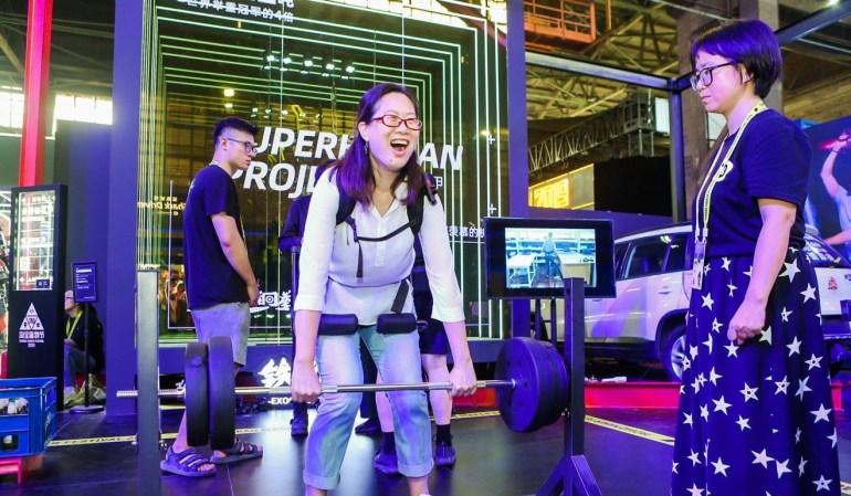 Китайский стартап Tiejia Gangquan показал в деле прототип экзоскелета, позволяющего человеку приподнять автомобиль