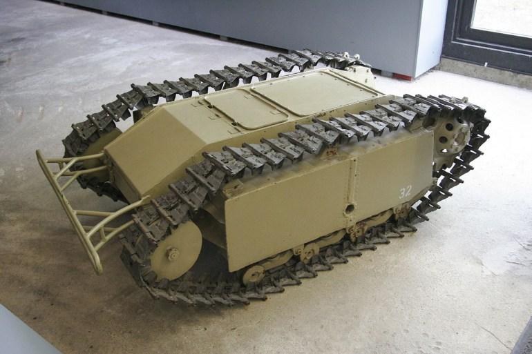 Иранские военные разработали миниатюрных боевых роботов - один из них стреляет из автомата Калашникова, второй представляет собой самоходную мину
