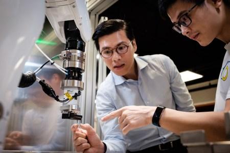 Сингапурские инженеры Eureka Robotics научили роботизированную руку максимально аккуратно перемещать крошечные линзы и зеркала