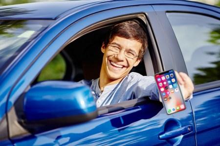 Кабмин анонсировал скорый запуск электронных водительских прав и техпаспорта в смартфоне, получить их можно будет в мобильном приложении «Дія», а проверить — с помощью QR-кода