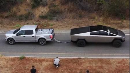 Илона Маска обвинили в том, что перетягивание каната между Tesla Cybertruck и Ford F150 было нечестным. В ответ он предложил реванш, но Ford отказался [видео]