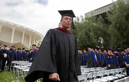 Илон Маск по-прежнему готов брать на работу людей без высшего образования