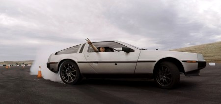 Американские инженеры превратили классический DeLorean в электрический робомобиль, способный дрифтовать не хуже профессиональных гонщиков