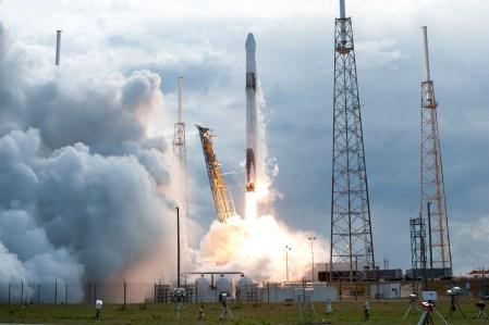 SpaceX успешно запустила дважды летавший корабль Dragon для последней (в этом году) миссии снабжения МКС CRS-19