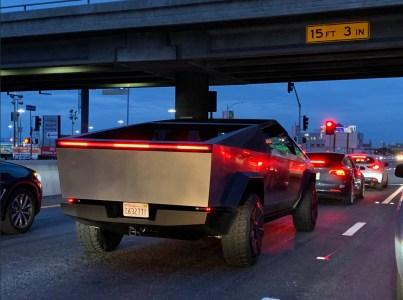 Электропикап Tesla Cybertruck с Илоном Маском за рулем заметили на дорогах Лос-Анджелеса [фото, видео]