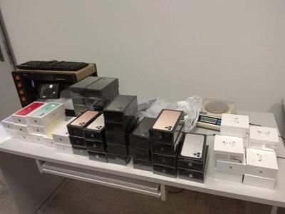 Находка на 1,8 млн грн. Таможенники обнаружили в Борисполе три «случайно забытых» чемодана с техникой Apple