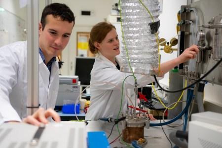 ESA создало опытный образец установки, способной вырабатывать кислород из лунной пыли