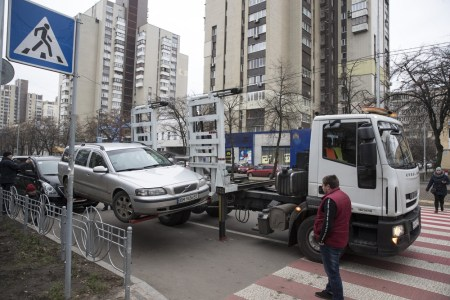 Киевские власти хотят бороться с хаотичной парковкой не строительством новых паркингов, а повышением цен и штрафов