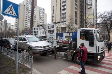 Киев начал использовать турецкие эвакуаторы Miles Eurolift с боковой загрузкой, которые загружают нарушителей парковки за 60 секунд [видео]