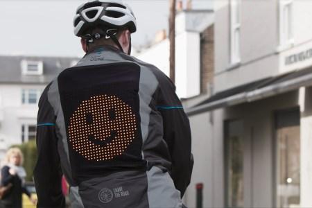 Ford создал «эмодзи-куртку» Emoji Jacket для велосипедистов, которая позволяет демонстрировать водителям автомобилей знаки поворота и эмоции [видео]