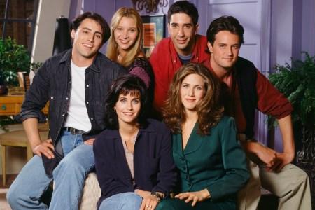 Сервис HBO Max подтвердил, что снимет специальный эпизод сериала Friends / «Друзья», где соберутся все шесть главных героев (за гонорар $2,5 млн каждому)