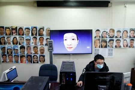 Пандемия коронавируса подтолкнула китайских разработчиков систем распознавания лиц наконец научить свои алгоритмы идентифицировать людей в медицинских масках