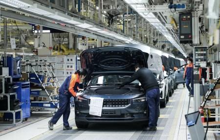 Polestar запустил новую фабрику в Китае, на ней собирают электрические седаны Polestar 2 с мощностью 300 кВт и запасом хода 470 км