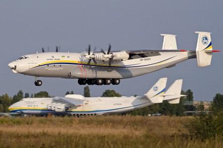 Спрос на грузовые авиаперевозки настолько велик, что «Авиалинии Антонова» отправили в рейс крупнейший в мире турбовинтовой самолет Ан-22 «Антей»