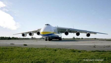 Ан-225 «Мрия» перевез рекордный объем груза медицинских средств из Китая в Польшу [видео]