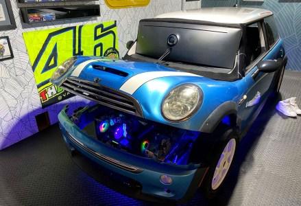 Американец собрал в подвале симулятор для игры в iRacing на основе реального автомобиля Mini Cooper S, ПК и 49-дюймового монитора
