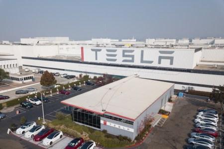 Tesla сокращает зарплаты и отправляет часть сотрудников в неоплачиваемый отпуск