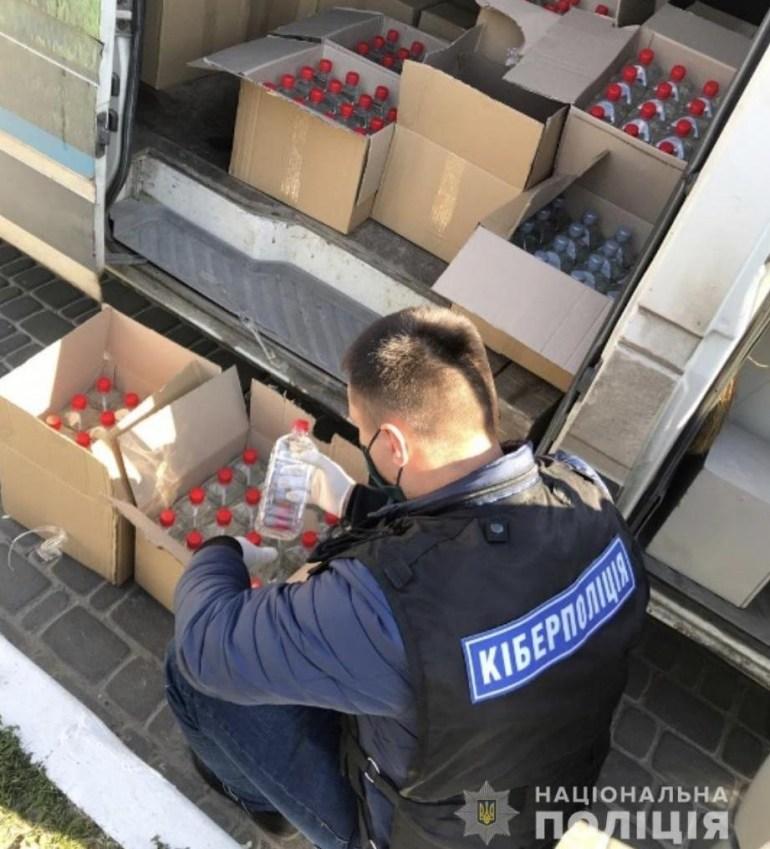 Киберполиция выявила двух жителей Броваров, которые без разрешений продавали антисептики через Telegram