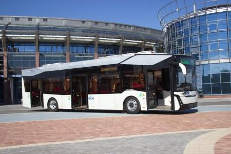 В Беларуси представили первый местный электробус МАЗ 303Е10 с батареями на 285 кВтч и запасом хода 300 км [видео]