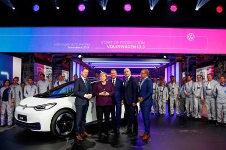 Германия разработала новую программу стимулирования покупки электромобилей — зарядная станция должна быть на каждой топливной заправке в стране, а покупатели электромобилей с ценником до €40 тыс. получат скидку в €9 тыс.