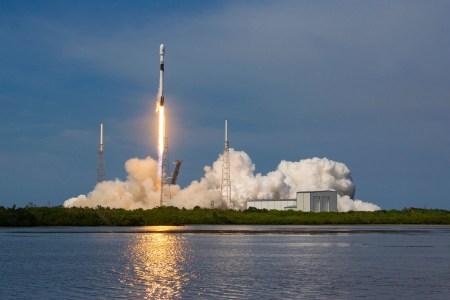 SpaceX вывела на орбиту первый южнокорейский военный спутник ANASIS-II, обновив 35-летний рекорд скорости повторного запуска «Атлантиса». И впервые поймала обе части головного обтекателя в сеть