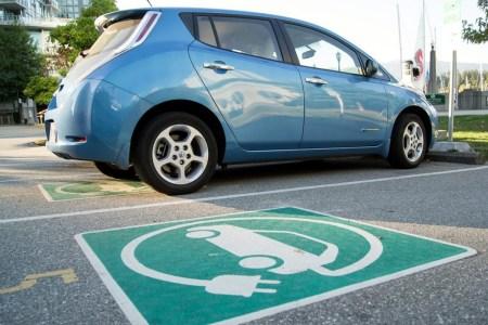 Киевсовет установит во внутреннем дворе бесплатные зарядные станции для электромобилей и разрешит там бесплатно парковаться (но только по выходным и праздникам)