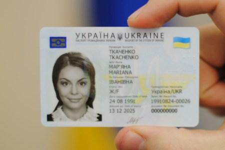 Кабмин поддержал законопроект о постепенном выводе из обращения паспортов-книжечек и их замене на ID-карты