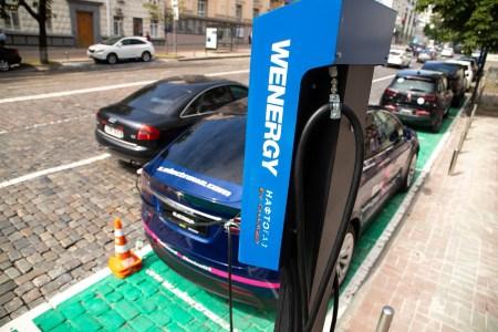 «Киевтранспарксервис» начал оснащать парковки в центре Киева зарядными станциями для электромобилей, до конца года будет установлено несколько десятков зарядок