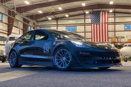 Unplugged Performance успели восстановить разбитую Tesla Model 3 к горной гонке Пайкс Пик и финишировали вторыми в классе [видео]