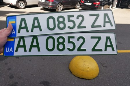 В Украине начали выдавать специальные «зеленые» номера для электромобилей (они не такие уж и зеленые)