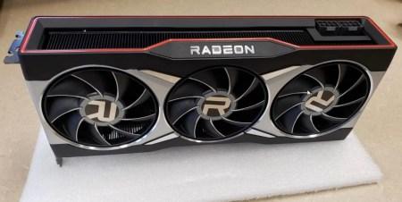 Эталонная AMD Radeon RX 6900 XT позирует перед камерой