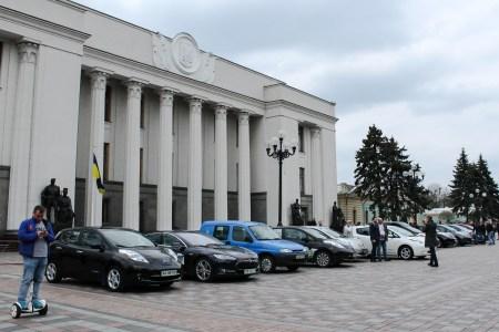 «Налоговая скидка для физлиц, отмена пенсионного сбора, налогов и пошлин»: ВРУ приняла законопроекты, которые продлевают и расширяют льготы для украинских производителей и покупателей электромобилей