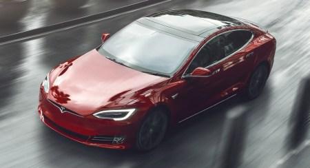 Посмотрите, как прототип Tesla Model S (Plaid) «уделывает» McLaren P1 на трассе Лагуна Сека