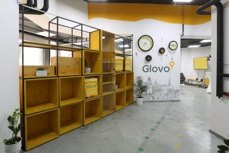 «27 городов, 2 Cook Room и 1170 тонн бургеров»: Сервис курьерской доставки Glovo отметил вторую годовщину работы в Украине [инфографика]
