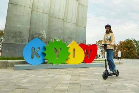 В Киеве запустили еще один прокат электросамокатов — грузинский сервис Scroll с помощью приложения Bird
