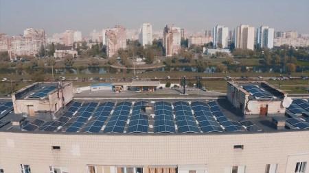 В Киеве запустили первую в столице и самую большую в Украине промышленную солнечную электростанцию на крыше многоэтажки [видео]