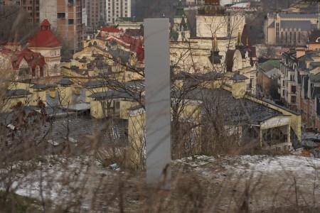 В Киеве на Замковой горе появился «таинственный» обелиск — «Київблагоустрій» тут же потребовал убрать незаконную инсталляцию